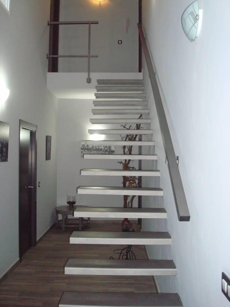 Escaleras met licas voladas estructuras isver for Escaleras metalicas en u